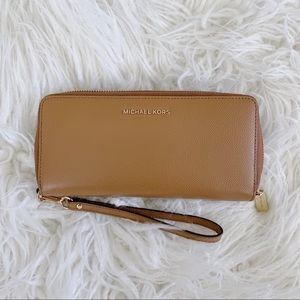 Michael Kors Continental Wallet 💛